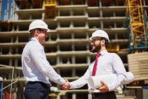 Betriebshaftpflichtversicherung Zeichenbüros – Architekten auf der Baustelle