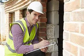 Betriebshaftpflichtversicherung Baugewerbe – Bauarbeiter überprüft Baustelle