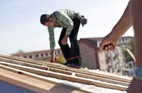 Betriebshaftpflichtversicherung Dachdecker – Dachdecker bei der Arbeit