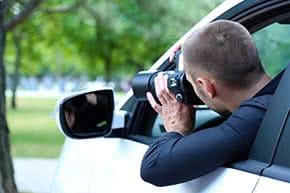 Betriebshaftpflichtversicherung Detektive – Detektiv observiert Verdächtige