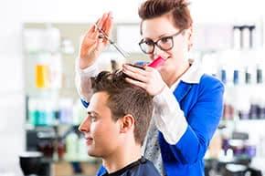 Betriebshaftpflichtversicherung Friseure – Friseurin beim Haare schneiden