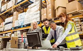 Betriebshaftpflichtversicherung Handel – Arbeiter mit Chef im Warenlager