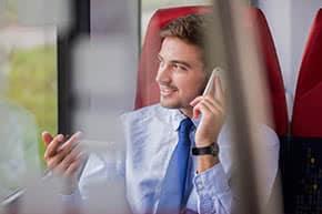 Betriebshaftpflichtversicherung Handelsvertreter – Handelsvertreter telefoniert im Zug
