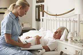 Betriebshaftpflichtversicherung Heilberufe – Krankenschwester mit Patient