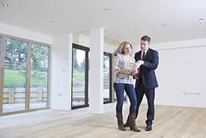 Betriebshaftpflichtversicherung Immobilienmakler – Immobilienmakler zeigt Kundin eine Wohnung