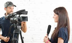 Betriebshaftpflichtversicherung Journalisten – Reporterin berichtet vor Ort
