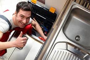 Betriebshaftpflichtversicherung Küchenmontagen – Monteur repariert Einbauküche