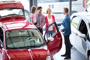 Betriebshaftpflichtversicherung KFZ-Gewerbe – Autohändler im Gespräch mit Kunden