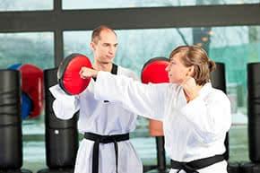 Betriebshaftpflichtversicherung Kampfsport – Kampfsportlehrer mit Schülerin