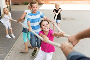 Betriebshaftpflichtversicherung Kinderbetreuung – Kinder beim Tauziehen