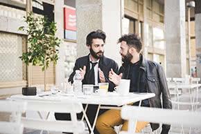 Betriebshaftpflichtversicherung Kleinunternehmer – Geschäftspartner besprechen Ideen
