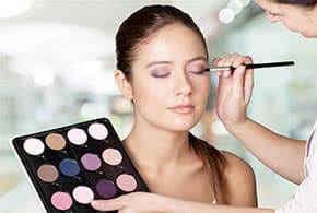Betriebshaftpflichtversicherung Kosmetiker – Kosmetikerin schminkt Kundin