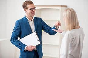 Betriebshaftpflichtversicherung Makler – Makler übergibt Schlüssel
