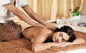 Betriebshaftpflichtversicherung Masseure – Kundin genießt Massage
