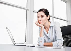 Betriebshaftpflichtversicherung Onlineshop – Junge Frau am Laptop