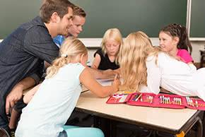 Betriebshaftpflichtversicherung Pädagogen – Grundschullehrer mit Kindern