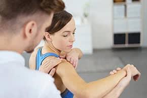 Betriebshaftpflichtversicherung Physiotherapeut – Physiotherapeut behandelt Patientin