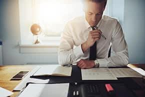Betriebshaftpflichtversicherung Rechtsanwälte – Anwalt studiert Unterlagen