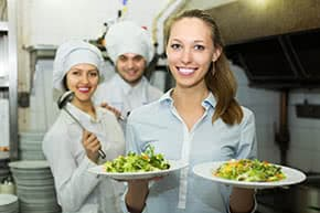 Betriebshaftpflichtversicherung Restaurants – Köche und Kellnerin in der Küche