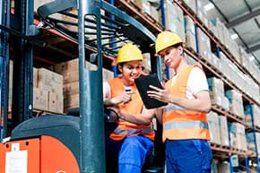Betriebshaftpflichtversicherung Spedition – Lagerarbeiter bei der Arbeit