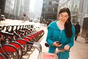 Betriebshaftpflichtversicherung Verleih – Frau beim Fahrradverleih