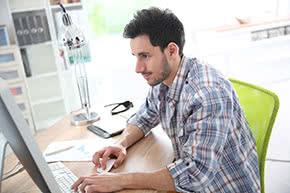 Betriebshaftpflichtversicherung Webdesigner – Webdesigner bei der Arbeit