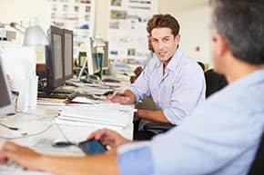 Betriebshaftpflichtversicherung Werbeagenturen - Gespräch unter Mitarbeitern