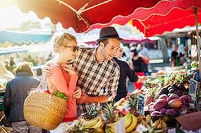 Betriebshaftpflichtversicherung Wochenmärkte – Junges Paar beim Einkauf