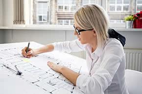 BetriebshaftpflichtversicherungZeichenbüros – Architektin korrigiert Pläne