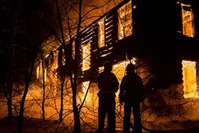 Feuerversicherung - Feuerwehr bekäpft Brand
