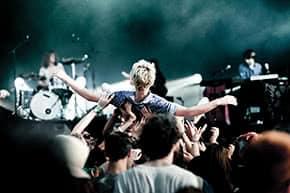 Veranstaltungshaftpflichtversicherung - Besucher beim Konzert