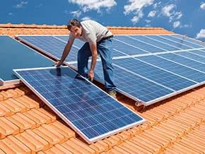 Photovoltaik-versicherung - Arbeiter bei der Montage von Solar Panels